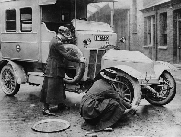 1911 Siddeley Deasy ambulance, with women changing wheel
