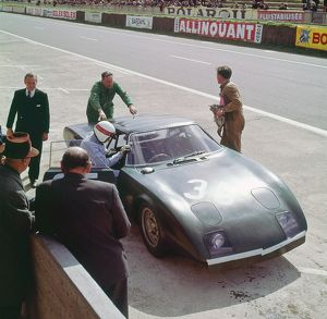 Rover BRM turbine. Jackie Stewart climbs in, Le mans 1965